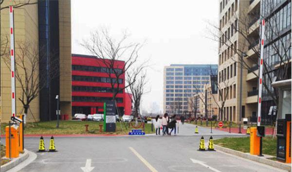 大学校园车辆出入管理系统-徐州车牌识别、道闸案例